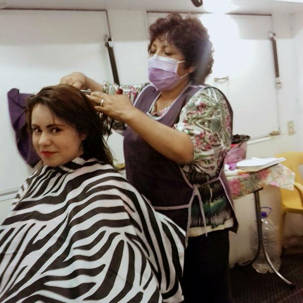 Corte de cabello en cabina médica