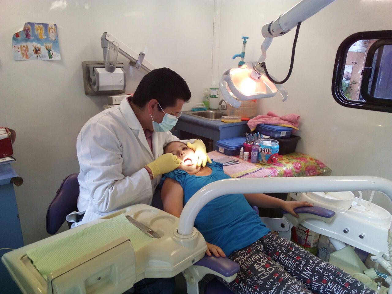 Cepille los dientes y las encías del niño por lo menos dos veces al día y en especial antes de ir a dormir